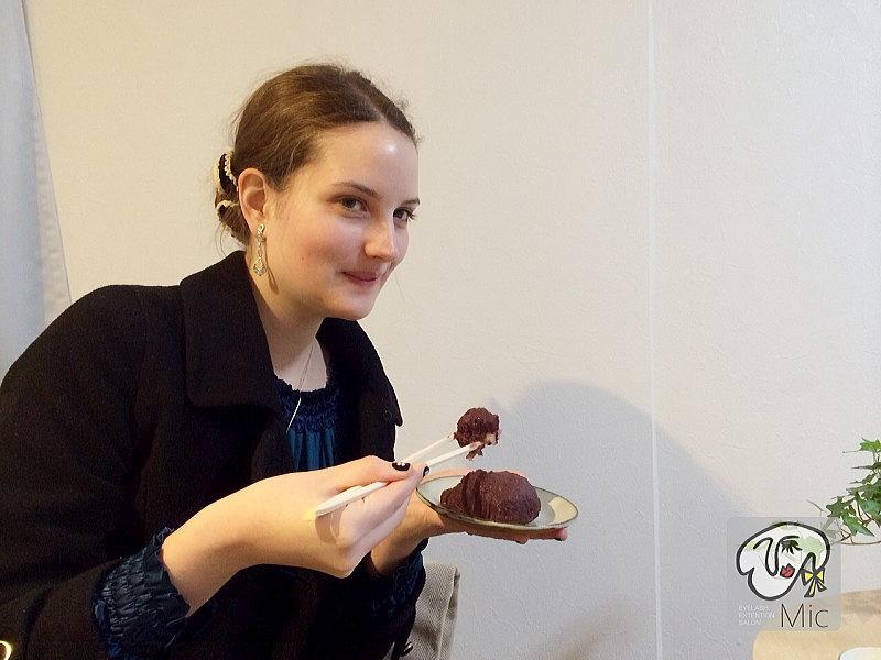 おはぎを食べるドイツの美女
